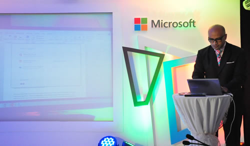 Tovia Va'aelua, Microsoft Office Division Lead, Microsoft Philippines, giving a demo of the new Microsoft Word.
