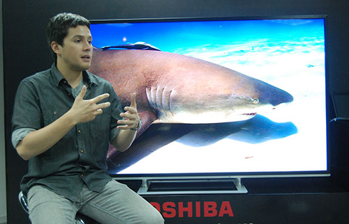 Film director Paul Soriano talks about how vivid the imagery is when viewing on Toshiba's new 4K TVs.